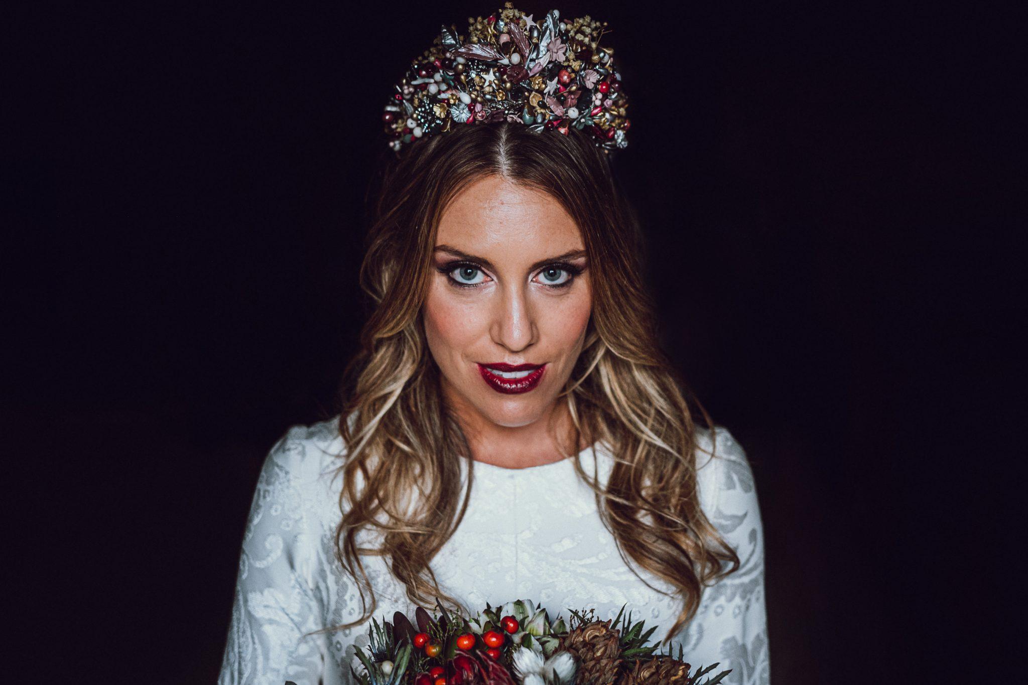 Retrato de novia con corona en reportaje de boda en Asturias